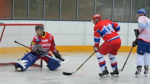 FOTO: Dynamovci vyměnili kopačky za brusle. Staří porazili mladé