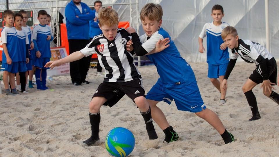 FC MAS Táborsko vyhrál první ročník E.ON Beach Junior Cupu. Na písku si vybojoval zavádění reprezentantů