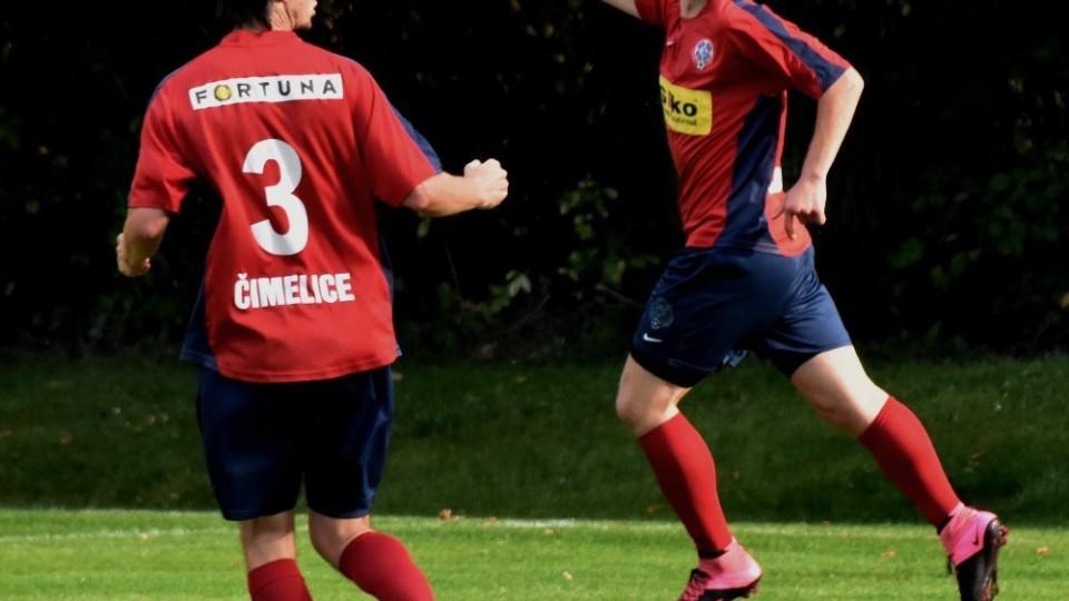 Martin Nekl se běží radovat s Lukášem Pávcem z gólu s Hlubokou. Foto: Jan Škrle