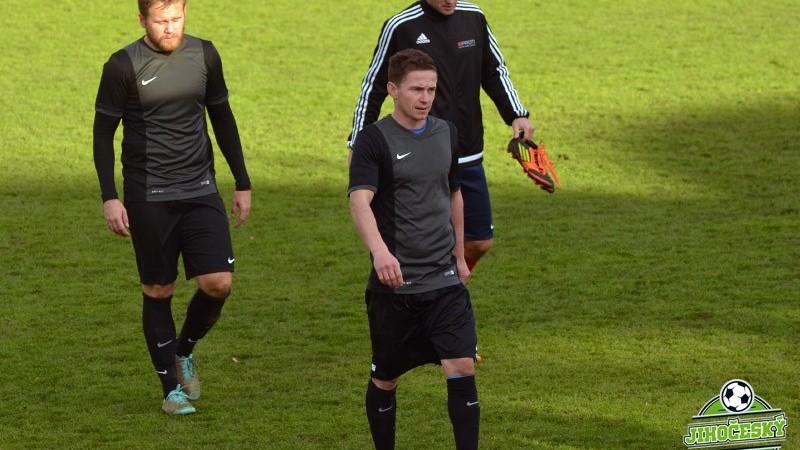 Marek Pomeje (vlevo) a Luboš Červenka odcházejí ze soběslavského trávníku do kabiny.