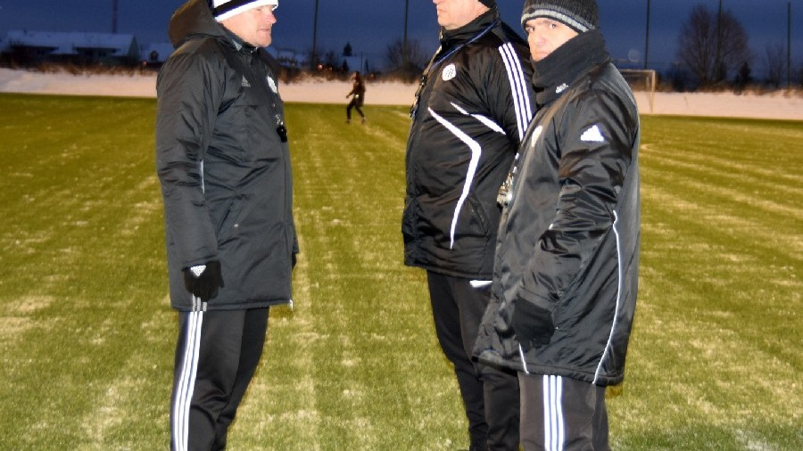 Trenéři Pavol Švantner, Petr Skála a František Mertl před prvním tréninkovou jednotkou.