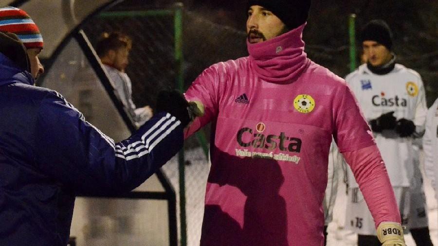 Gólman Jakub Rondzik se zimu pořádně připravil. Tepličtí mu první poločas nedopřáli moc klidu.