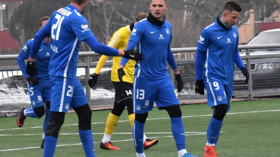 Martin Kouřil (vlevo) si plácá s Romanem Potočným, vpravo jde Radek Voltr.
