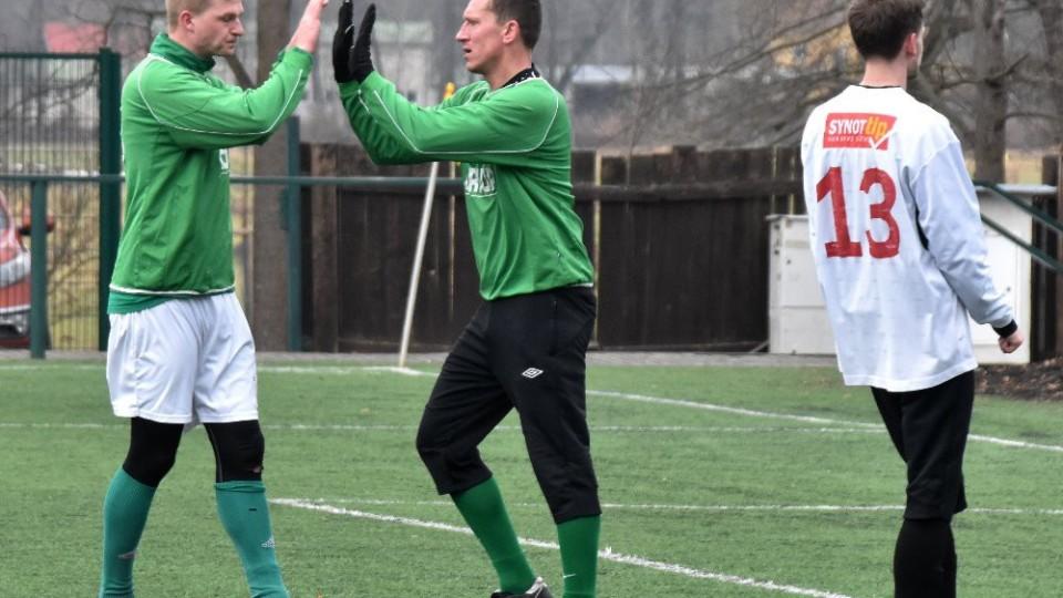 Václav Beránek proměnil penaltu a vyrovnal na 1:1. Vlevo si s ním plácá Jakub Wagner.