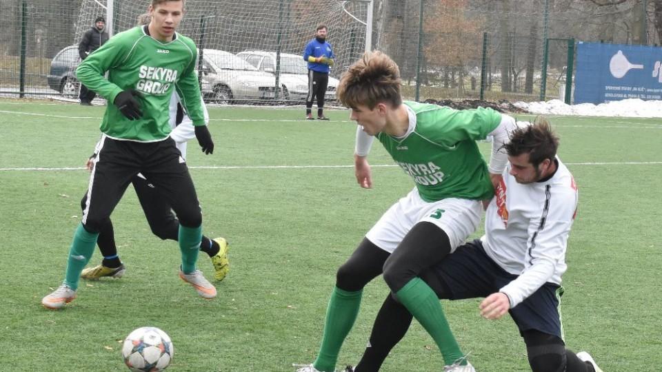 Tomáš Adam ukopává míč hostujícímu Švecovi.