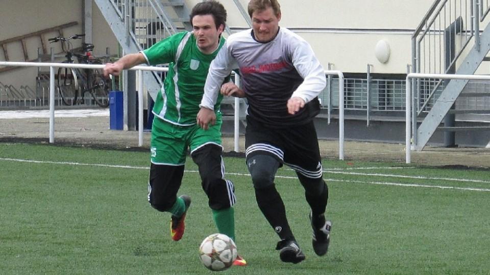 Pěkný souboj o míč svedli Josef Gondek a Martin Malecha. Foto: Libor Granec