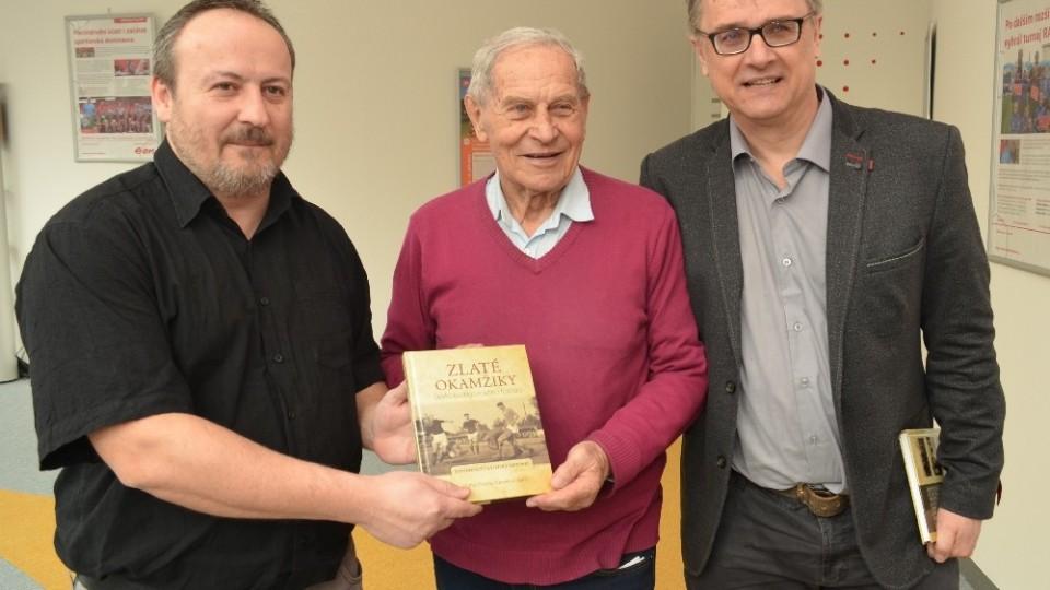 Autoři knihy Michal Průcha (vlevo) a Zdeněk Zuntych s ikonou budějckého fotbalu Miloslavem Šerým.