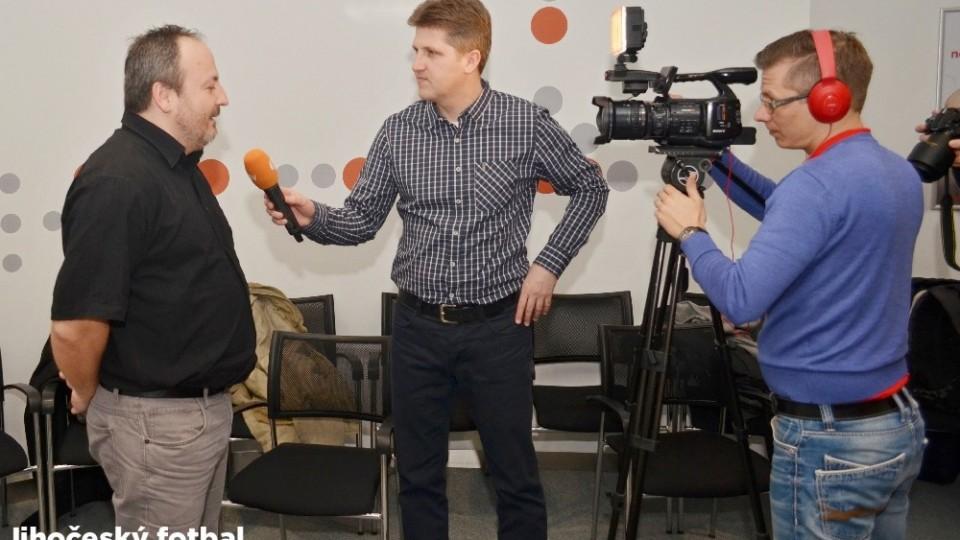 Kamera jede a Michal Průcha vypráví Martinu Štěpánkovi z Jihočeské televize o náročné práci na knize.