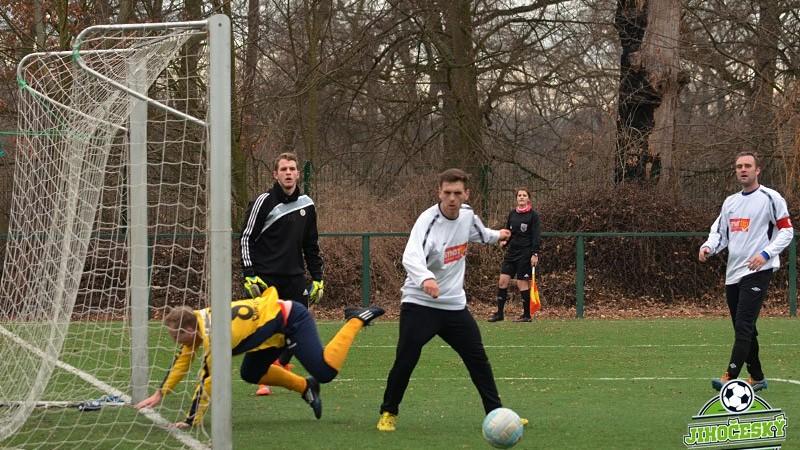 Nekl na míč nedoskočil, brankář Vacl s Antošem nemuseli zasahovat.
