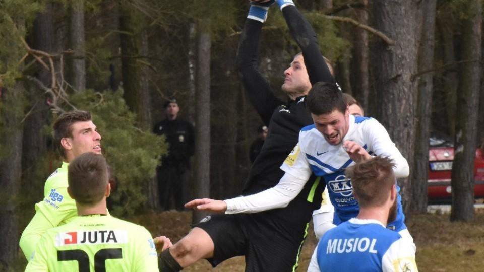 Gólman Liberec Hladký chytá centr bezpečně do svých rukavic.