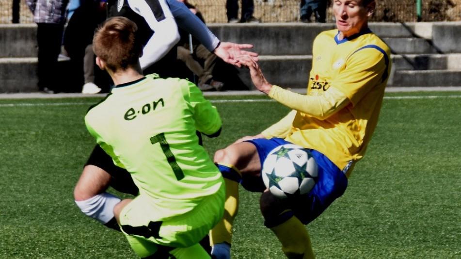 Brankář Hřebejk zasahuje proti Froňkovi.