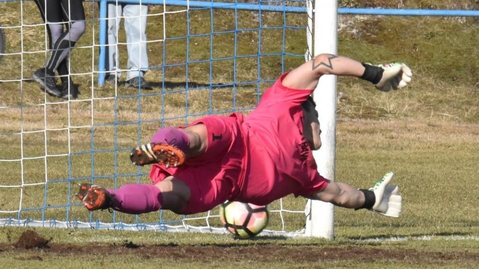 Brankář Květon směr Džafičovy penalty vystihl, ale chyběly mu centimetry, aby si na míč sáhl.