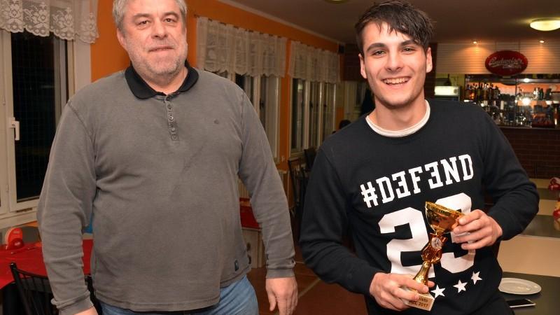 Cenu za 2. místo převzal od domácího činovníka Brašničky Prokop Pučejdl.