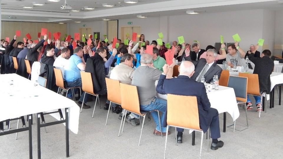 Delegáti VH hlasují o změně stanov ohledně počtu členů výkonného výboru.