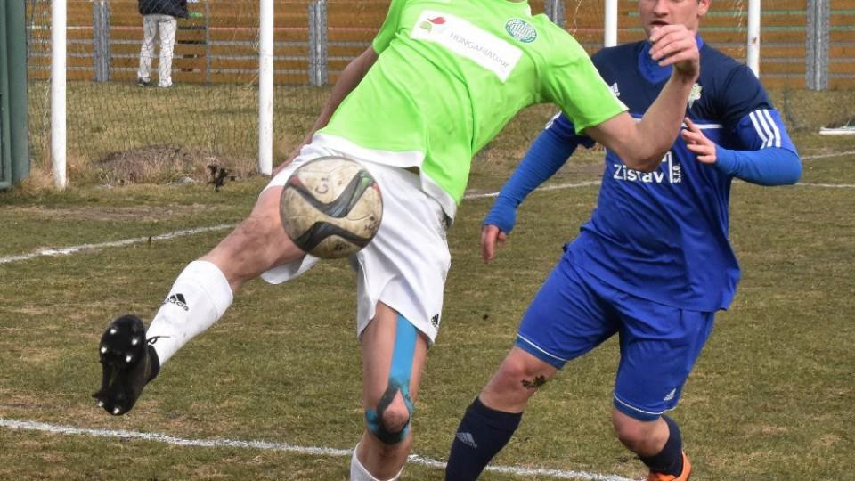 Petr Janda  zahrává míč před karlovarským Martinem  Pěkným.