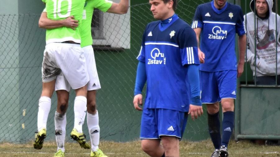 Střelec Martin Jirouš v objetí Radima Nečase po gólu v poslední minutě.
