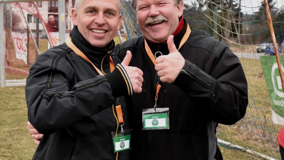 Trenér Čížové Zdeněk Staroba (vlevo) se raduje s novým masérem Stanislavem Rejlkem z cenného vítězství.