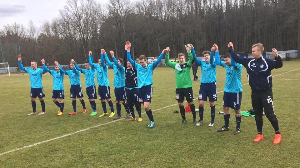 Katovičtí oslavují se svými fanoušky body s Čimelicemi. Foto: SK Otava Katovice