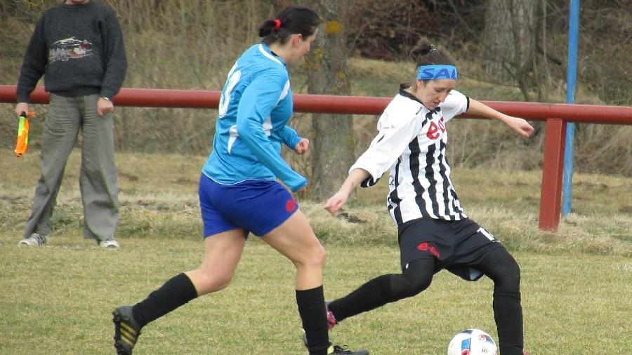 Kaplická Kateřina Jedličková odehrává míč před dobíhající Markétou Kocoňovou. Foto: Libor Granec