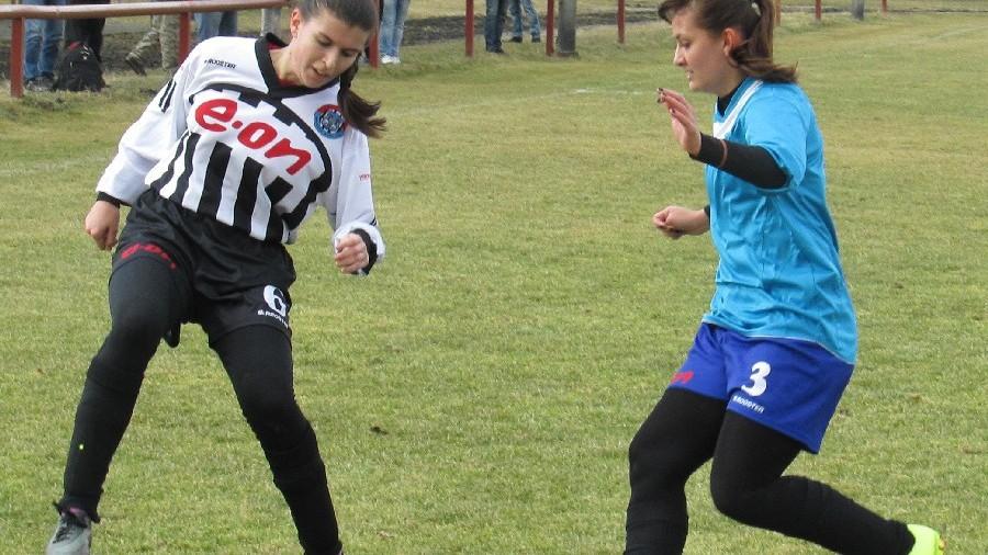 Zuzana Matoušková na míči před bránící hradeckou Šárkou Duškovou. Foto: Libor Granec