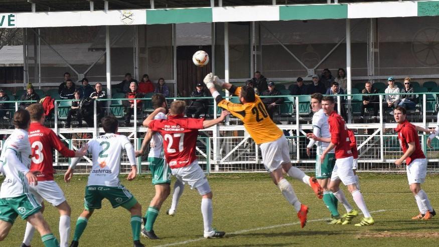 Blažek vyráží míč před spoluhráčem Janem Suchane (č. 27), který přišel v zimě z Milevska.