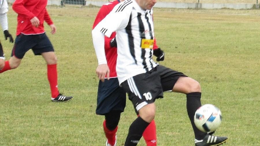 Petr Janura si zpracovává míč před bránícím Miroslavem Šáleným. Foto: Libor Granec