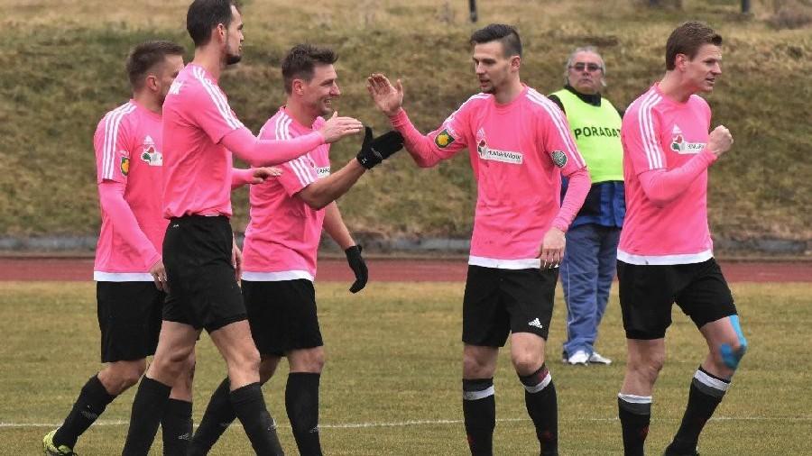 Čížovští se radují  po důležitém druhém gólu. Zleva Nečas, Jirouš, Fenyk, Dvořák a skvěle hrající Janda.