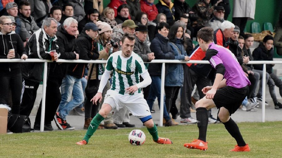 Derby navštívilo 430 diváků. U míče je roudenský Daniel Lerch.