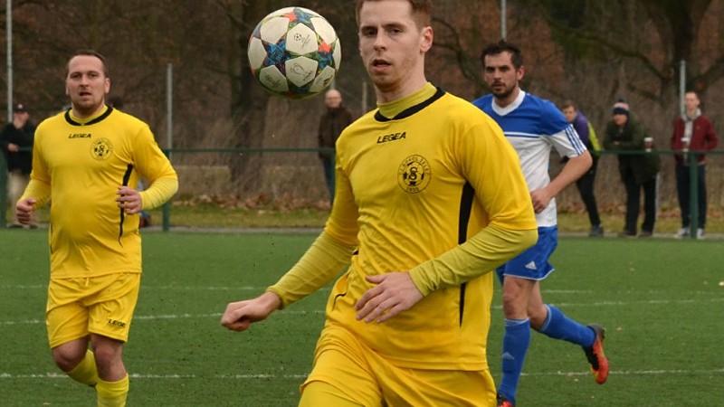 Za míčem běží hostující Daniel Pavličko.