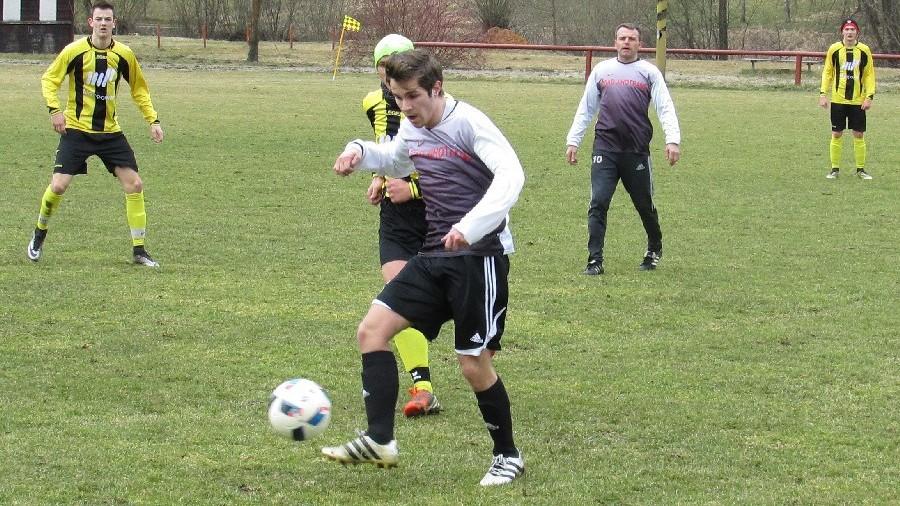 František Marek si zpracovává míč před Tobiasem Hoferem. Foto: Libor Granec