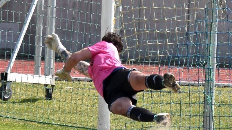 Jakub Rondzik na tenhle penaltový pokus nedosáhl.