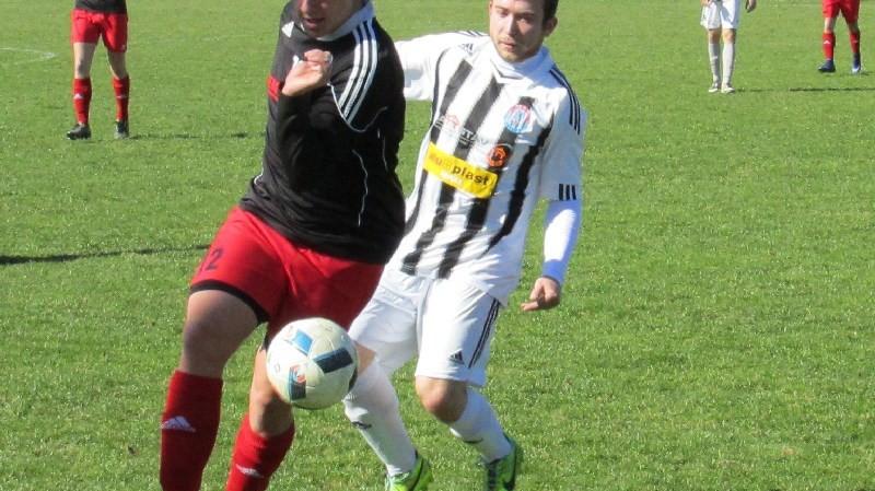 Na hostujícího Ondřeje Hrušku dotírá Tomáš Kebl. Foto: Libor Granec