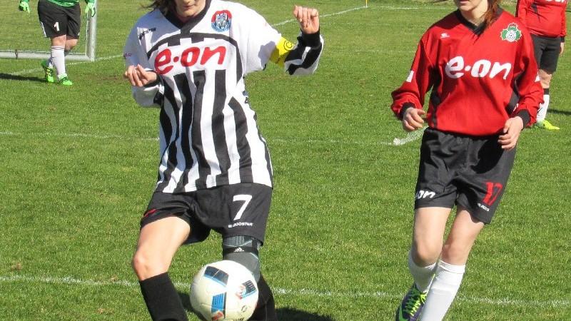 Kapitánka Pavla Křivová se zprcovává míč za dohledu Barbory Vlkové. Foto: Libor Granec