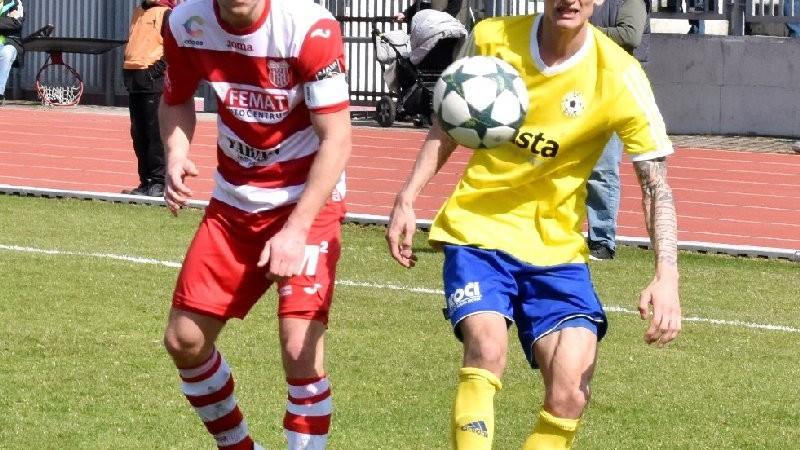 Společně s Tomášem Froňkem sleduje míč kapitán Štechovic Michal Švejda, rodák a odchovanec Volyně.