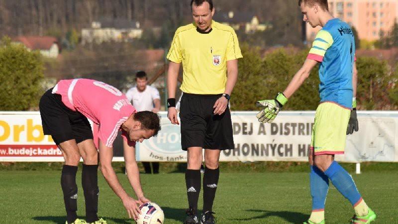 Martin Jirouš si staví míč na penaltový bod a za chvilku dá svůj letošní 22 gól.