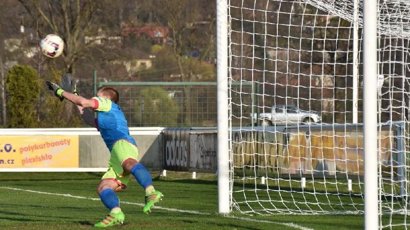 Hřebejk Jiroušovu penaltu sice vystihl, ale na míč nedosáhl.