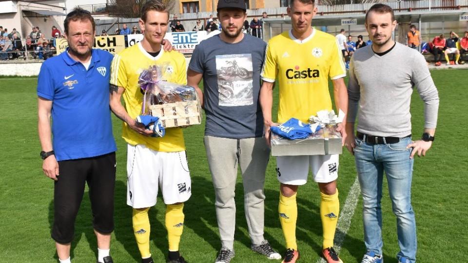 S Alešem Kočím a Tomášem Froňkem se loučili vedoucí táborského mužstva Kolář, brankář Toma a ředitel klubu Samec.