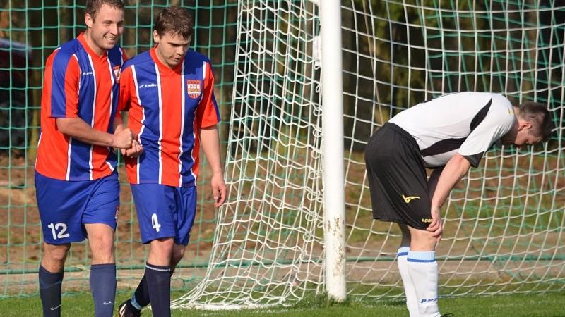 Adam Rakovan (vlevo) se raduje s Miroslavem Suchopárem z druhého gólu Bernartic s Milevsku B. Foto: Petr Vlasák