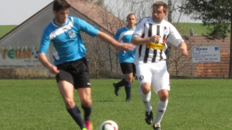 O míč ve středu hřiště bojují střelci gólů Jan Fencl (vlevo) a Petr Janura. Foto: Libor Granec