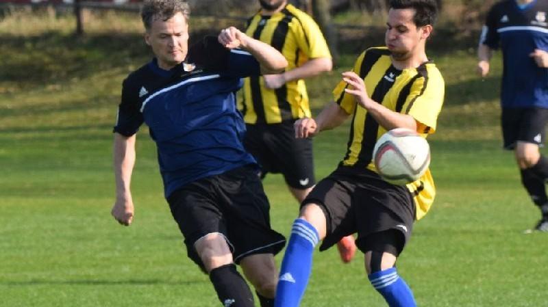 Valášek odehrává míč před Šmídem.