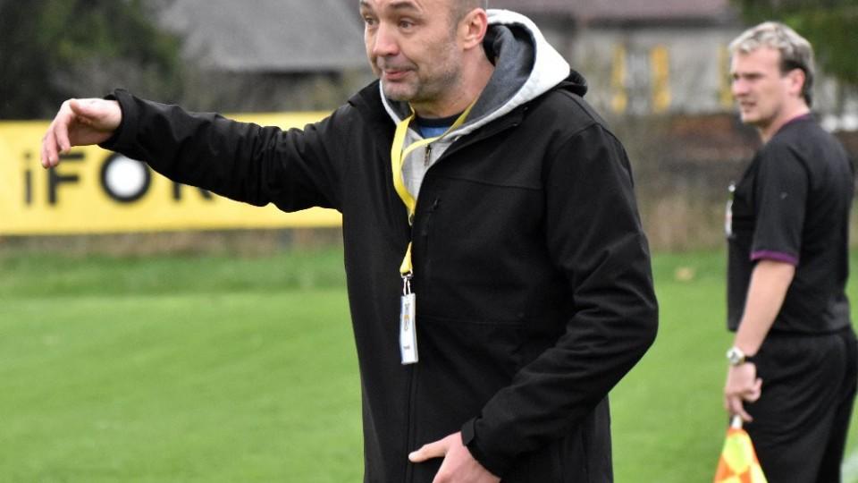 Trenér Radim Hešík burcuje své svěřence.