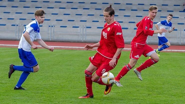 David Votava (u míče) byl střelcem vítězného gólu béčka Písku s Hlubokou. Foto: Petr Brůha