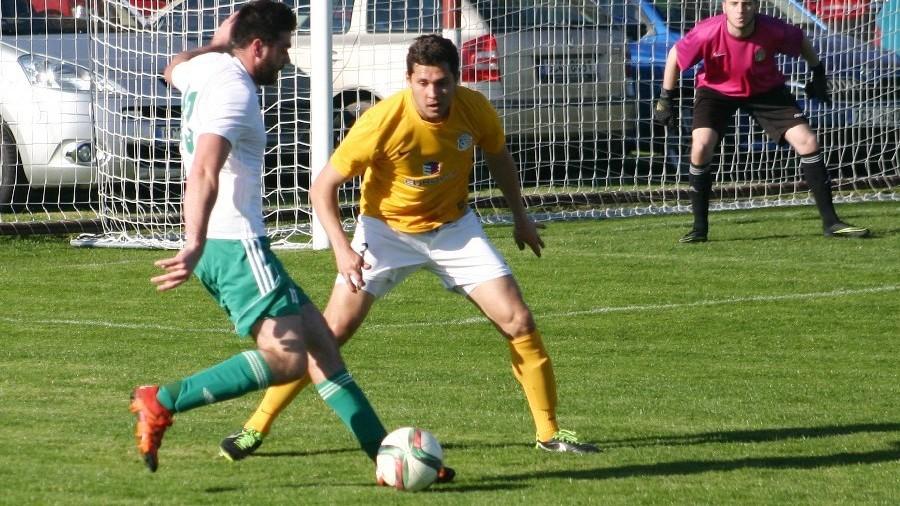 Tomáš Smékal, ač byl na hrotu osamocen, dělal obraně Pražanů velké starosti. Brání jej Nikolas Salašovič, který na podzim hrál v Písku.