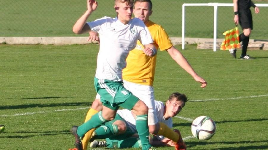 Martin Rytíř vyváží míč od jankovské šestnácky.