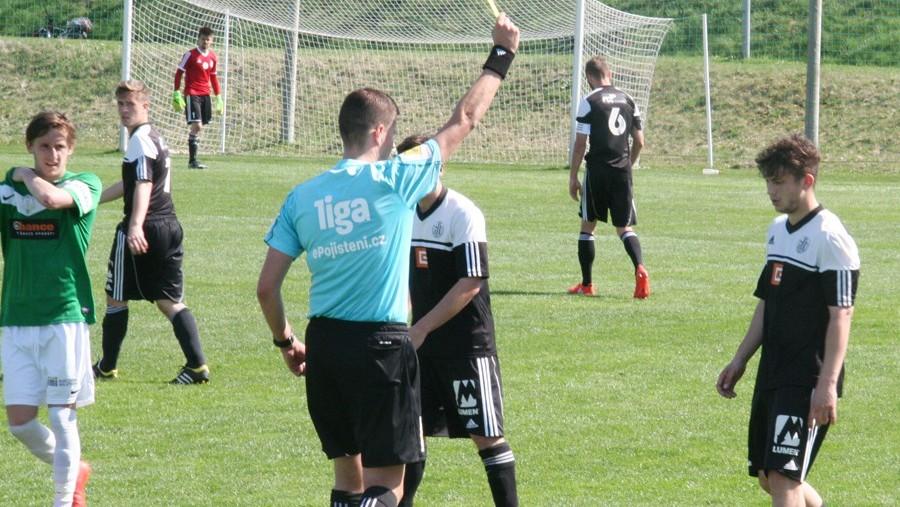 Hříšník Kryštof Kadlec dostává v 78. minutě druhou žlutou kartu a následně je vyloučen. Foto: Ladislav Lhota