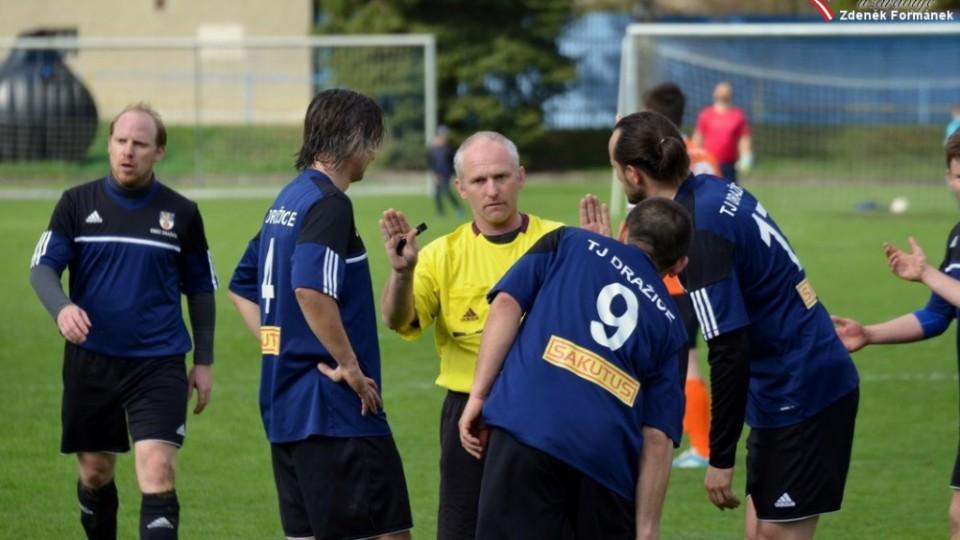 Sudí Rinth vysbětluje Dražickým, zleva Kromka, Veselý, Hořejší (č. 9), Horka, že při druhém gólu stál jejich hráč v ofsajdu.