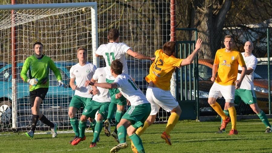Penaltový faul Bürgera na střídajícího Zdichynce (č. 12).