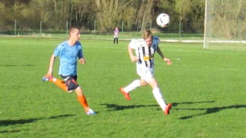 Domácí Marek Hami hlavou odehrál míč do zámezí před Michalem Hanzalem. Foto: Libor Granec