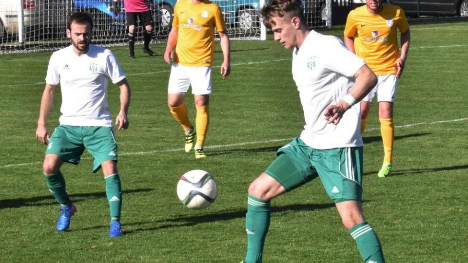 Lukáš Voráček (vlevo), střelec prvního gólu, sleduje v akci Martina Rytíře.