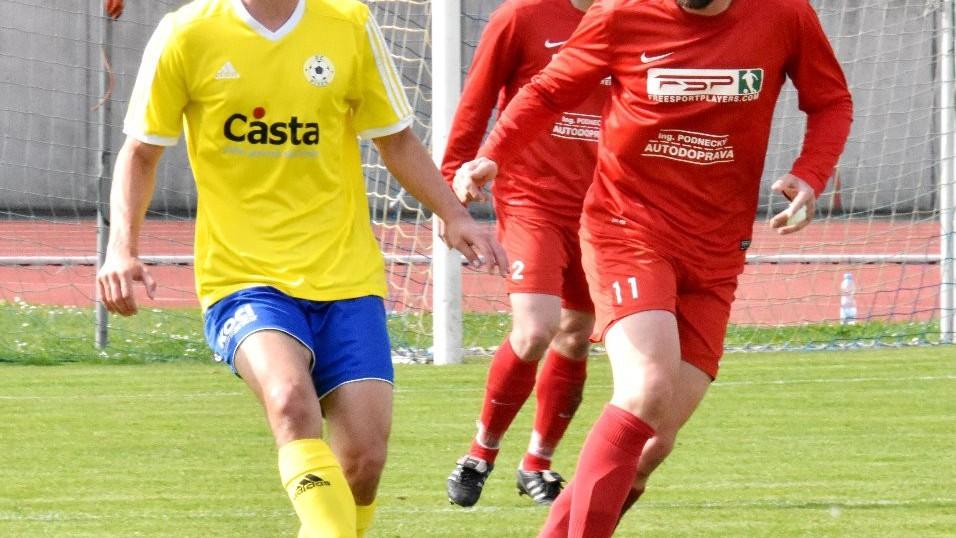 Martin Voráček odehrává míč před exbudějovickým Tomášem Sedláčkem (36).